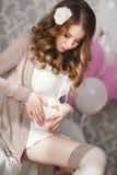 Manos en forma de corazón de la mujer embarazada en su vientre Fotografía de archivo
