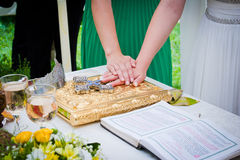 Manos en la biblia en la boda Fotos de archivo