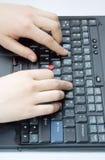 Manos en la computadora portátil Fotos de archivo libres de regalías