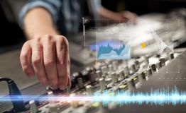 Manos en la consola de mezcla en el estudio de grabación de los sonidos imágenes de archivo libres de regalías