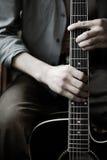 Manos en la guitarra fotos de archivo