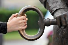 Manos en la llave fotografía de archivo libre de regalías
