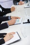 Manos en la reunión de negocios en la oficina Fotografía de archivo