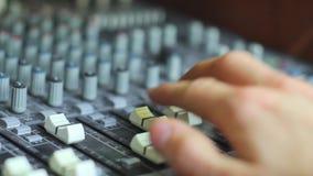 Manos en mezclador audio metrajes