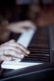 Manos en piano Fotos de archivo libres de regalías