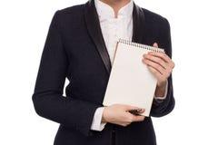 Manos en un traje de negocios que detiene a Pen And Notebook Foto de archivo libre de regalías