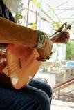 Manos en un turco hecho a mano típico Baglama fotografía de archivo