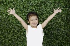 Manos felices de la demostración del niño fotografía de archivo