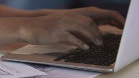 Manos femeninas Biracial que mecanografían en el teclado del ordenador portátil, freelancer que trabaja en proyecto metrajes