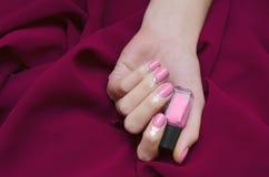 Manos femeninas con diseño rosado del clavo Imagen de archivo libre de regalías