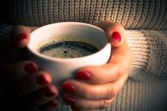 Manos femeninas con la bebida del café Fotografía de archivo