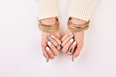 Manos femeninas con los accesorios hermosos Foto de archivo libre de regalías