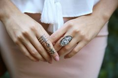 Manos femeninas con los anillos elegantes, Fotos de archivo libres de regalías