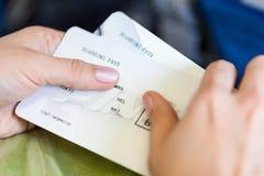 Manos femeninas con los documentos de embarque Fotos de archivo libres de regalías