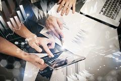 Manos femeninas de la foto que sostienen la tableta moderna y la pantalla táctil Equipo de Businessmans que trabaja la nueva ofic Imágenes de archivo libres de regalías