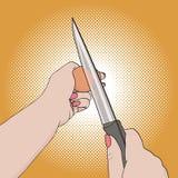 Manos femeninas del arte pop que rompen un huevo Utiliza un vector del cuchillo Fotos de archivo