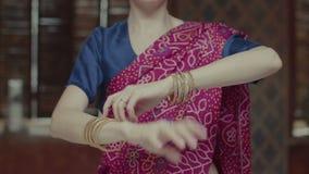Manos femeninas en las pulseras que bailan en estilo indio