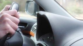 Manos femeninas en un volante, conduciendo almacen de metraje de vídeo