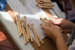 Manos femeninas expertas en los artes tradicionales de la fabricación de cordón fotografía de archivo