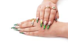 Manos femeninas hermosas con la manicura brillante Imagen de archivo libre de regalías