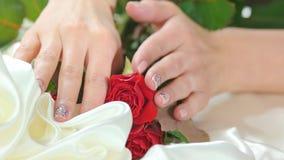 Manos femeninas hermosas, rosas, seda almacen de metraje de vídeo