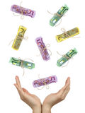 Manos femeninas que cogen billetes de banco euro que caen Fotos de archivo libres de regalías
