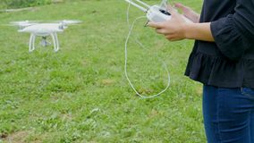 Manos femeninas que controlan el abejón con un transmisor teledirigido metrajes