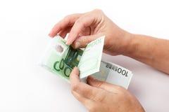 Manos femeninas que cuentan 100 billetes de banco euro Fotos de archivo libres de regalías