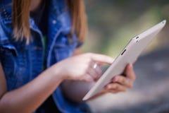 Manos femeninas que detienen cierre digital de la tableta Imagen de archivo