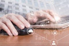 Manos femeninas que hacen clic con un ratón y que mecanografían en el teclado de ordenador portátil Concepto de la seguridad del  Imagen de archivo
