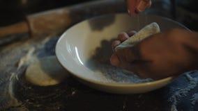 Manos femeninas que hacen las galletas de la pasta fresca almacen de video
