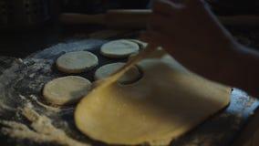 Manos femeninas que hacen las galletas de la pasta fresca almacen de metraje de vídeo