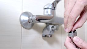 Manos femeninas que insertan una junta de goma en la manguera de un grifo de bañera - sondear reparaciones y concepto de DIY metrajes