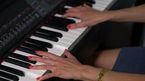 Manos femeninas que juegan el piano metrajes