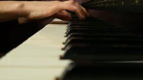 Manos femeninas que juegan un pedazo apacible de música clásica en un piano de cola hermoso Mujer que juega el piano, primer almacen de metraje de vídeo