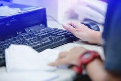 Manos femeninas que mecanografían el teclado para los datos de entrada foto de archivo libre de regalías