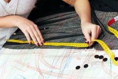 Manos femeninas que miden distancia Fotos de archivo libres de regalías