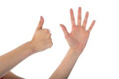 Manos femeninas que muestran seis fingeres aislados en blanco Foto de archivo