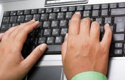 Manos femeninas que pulsan en la computadora portátil foto de archivo libre de regalías