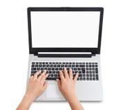 Manos femeninas que pulsan en la computadora portátil Empresaria que trabaja en la computadora portátil imagen de archivo libre de regalías