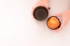 Manos femeninas que sirven el desayuno ligero fotografía de archivo