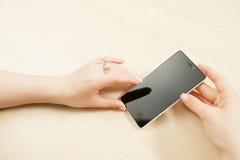 Manos femeninas que sostienen el smartphone, cliente pov Fotos de archivo libres de regalías