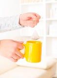 Manos femeninas que sostienen la bolsita de té Imagen de archivo