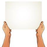 Manos femeninas que sostienen la hoja del papel en blanco Foto de archivo libre de regalías
