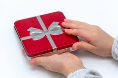 Manos femeninas que sostienen la Navidad o el regalo del día de tarjetas del día de San Valentín Aislado en el fondo blanco Visió fotos de archivo libres de regalías