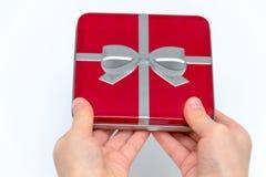 Manos femeninas que sostienen la Navidad o el regalo del día de tarjetas del día de San Valentín Aislado en el fondo blanco Visió fotografía de archivo libre de regalías