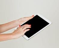 Manos femeninas que sostienen la tableta Fotografía de archivo libre de regalías