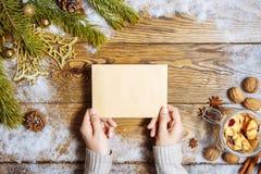 Manos femeninas que sostienen una tarjeta de felicitación La Navidad Copie el espacio Fotos de archivo
