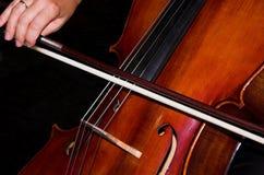 Manos femeninas que tocan el violoncelo Imagen de archivo libre de regalías