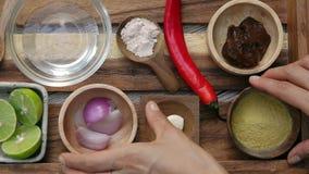 Manos femeninas que toman la levadura alimenticia y la cebolla roja de la bandeja Visi?n superior Vegano y comida vegeterian Form almacen de metraje de vídeo